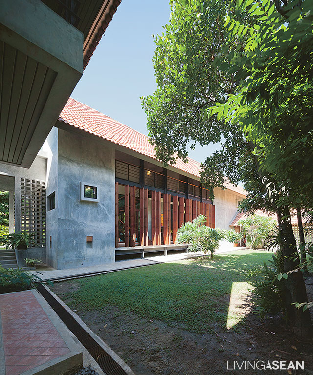 This house is a product of mixing traditional Thai elements into the design  scheme that emphasizes eco-friendly materials and modern technologies.