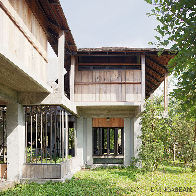 the warm half concrete half wood house