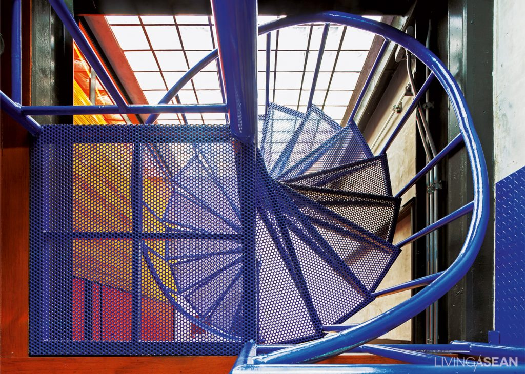 The Majorelle blue spiral staircase connects the dressing room to the bedroom on the second floor. The delicate lines come with great functions.