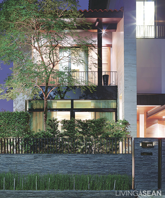 A modern-style house with a European flavor, with an elegant combination of materials such as natural stone and metal.