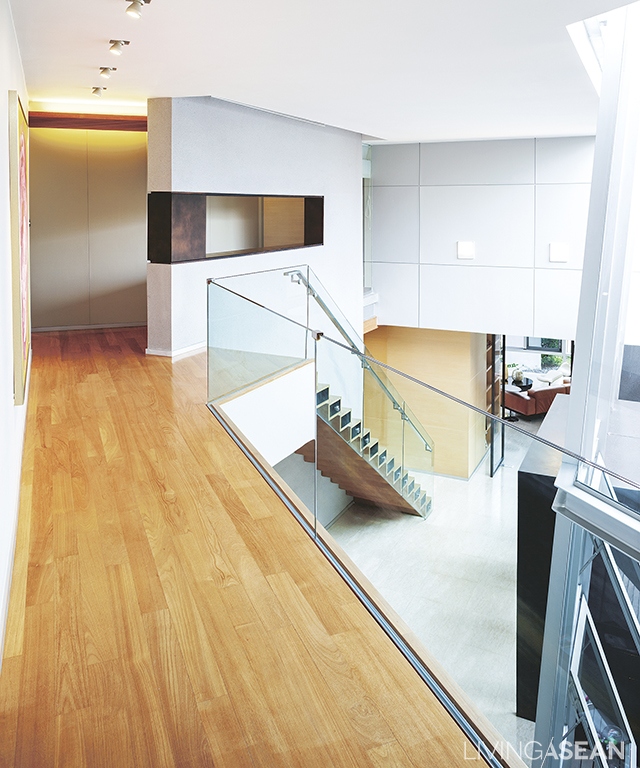 The continuing space from the first floor to the hallway on the second floor is wide and airy. Views of the first floor can be seen from a wide-angle perspective.