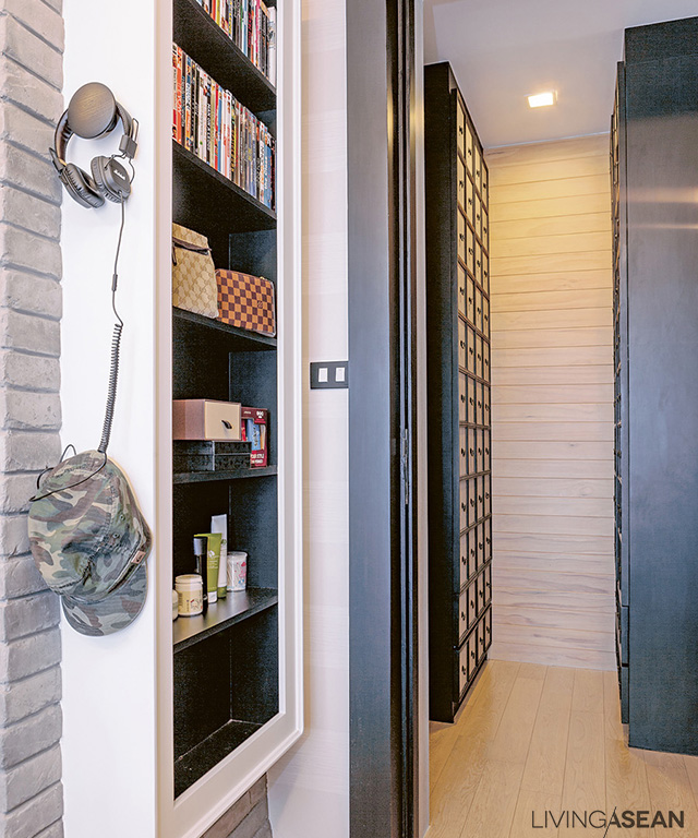 At the front door is a floor-to-ceiling shoe storage cabinet. Next to it, a 15-centimeter-deep storage shelf is raised off the floor to avoid a cluttered look.