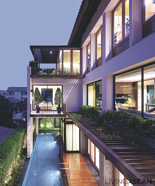Due to limited space, courtyard and swimming pool are narrowly aligned along the house. Plants growing on the fence help with privacy and are visually relaxing.