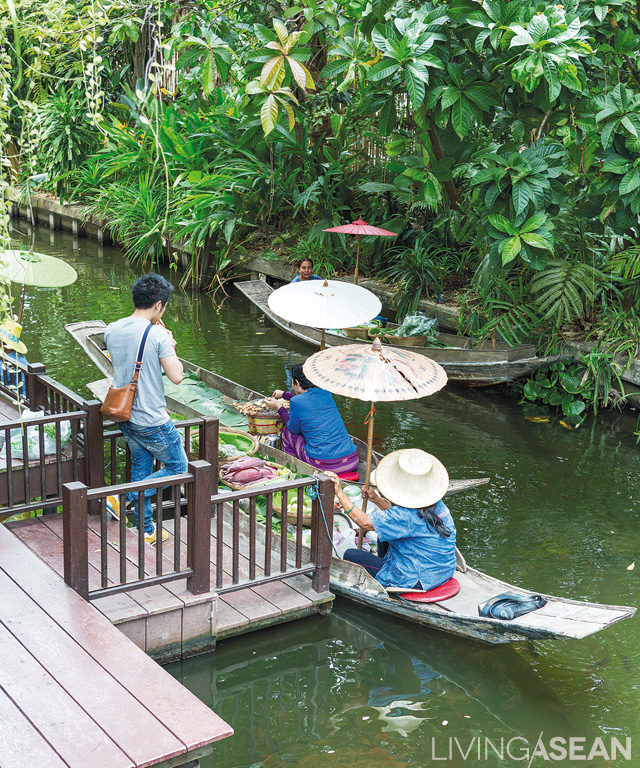 The weekend is the best time to relive the past as the lush oasis comes alive with activity, including the much-talked-about Floating Market. Aboard traditional rowboats, vendors come loaded with good foods as well as fruits and produce picked fresh from neighborhood farms.