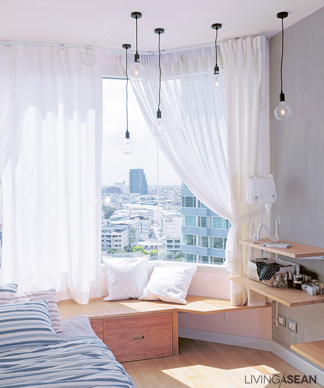The second daughter's small bedroom is decorated in a sweet style. At night, the cluster of hanging lamps with spherical bulbs sparkles like stars.