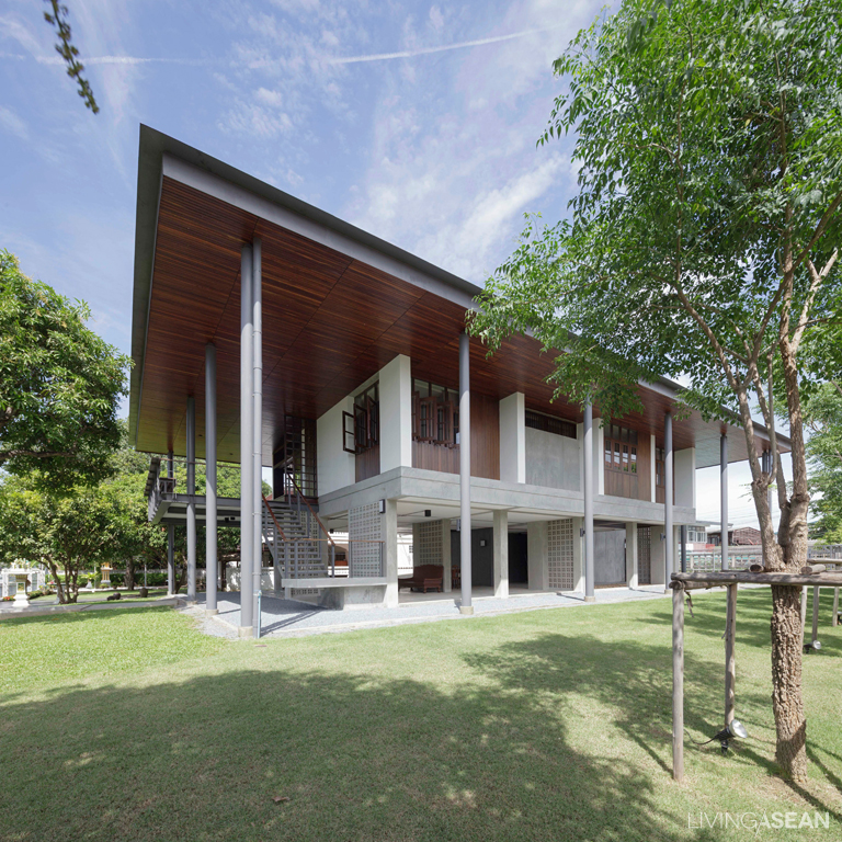 Home Design Thailand: Modern Thai House Celebrates Traditional Charm /// Living