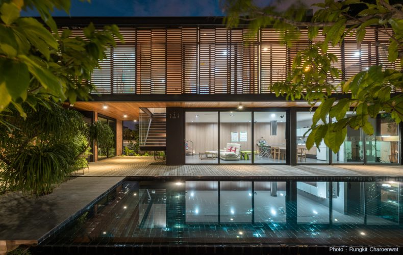 Comfortable Living in a Modern Tropical House of Steel