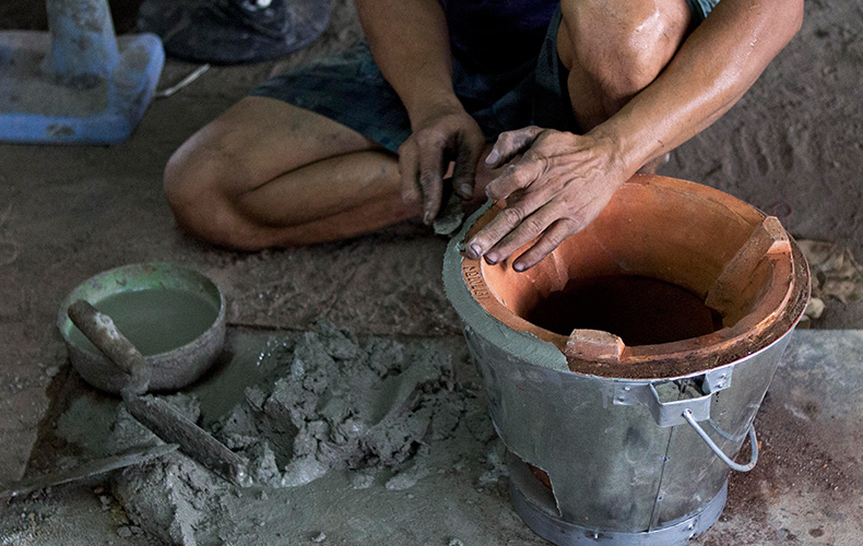 """The Making of the """"Super Ung-Lo,"""" Ratchaburi's Fuel-Efficient Cook Stove"""