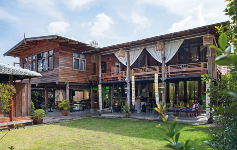 """Wooden House with Thai-style """"Tai Thun"""": Comfortable Living, Easy Repair"""