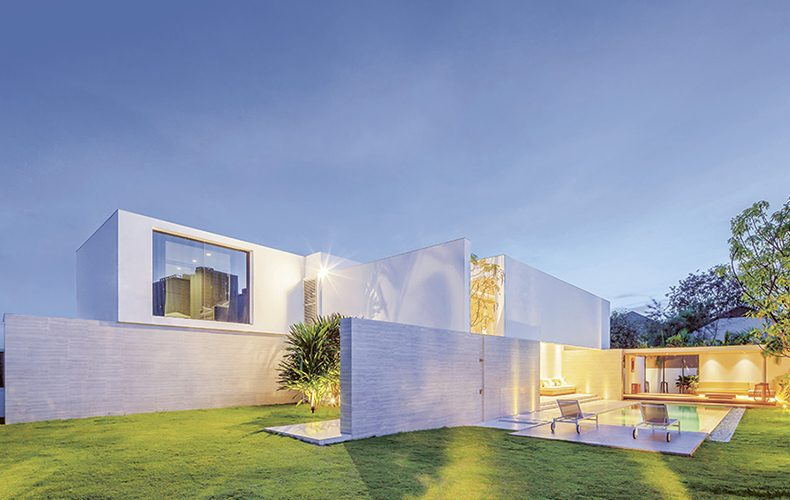 A White House Matching Modern Architecture to its Environment