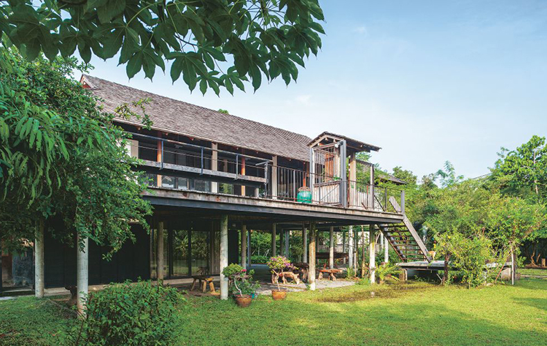 """Canalside """"Garden House"""" for Happiness, Thai-Style"""