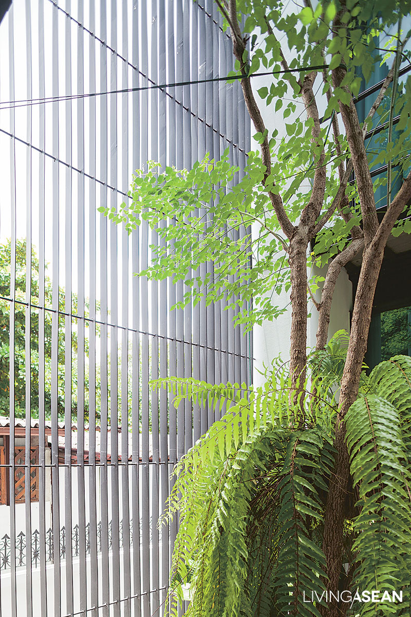 While they allow natural light and fresh air to pass into the courtyard, metal lattice panels also double as privacy screens and safety precautions against intruders.