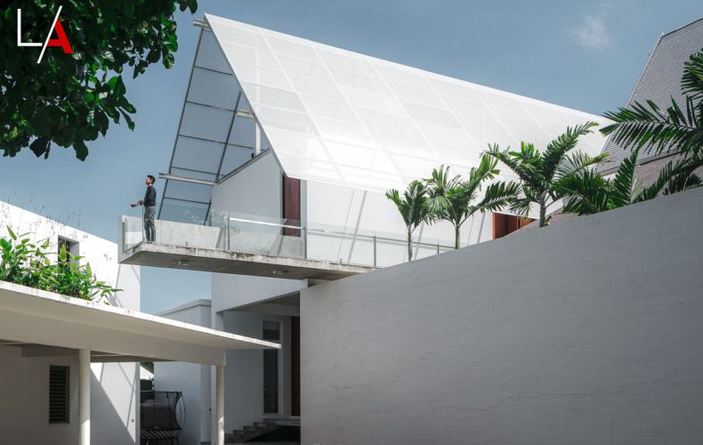 Modern Thai House Exudes Old World Charm